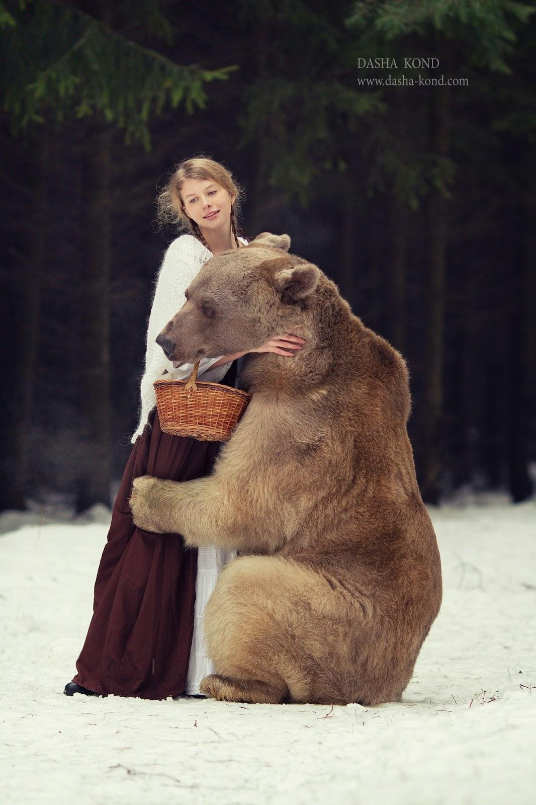 femme blonde faisant un calin à un ours par Dasha Kond