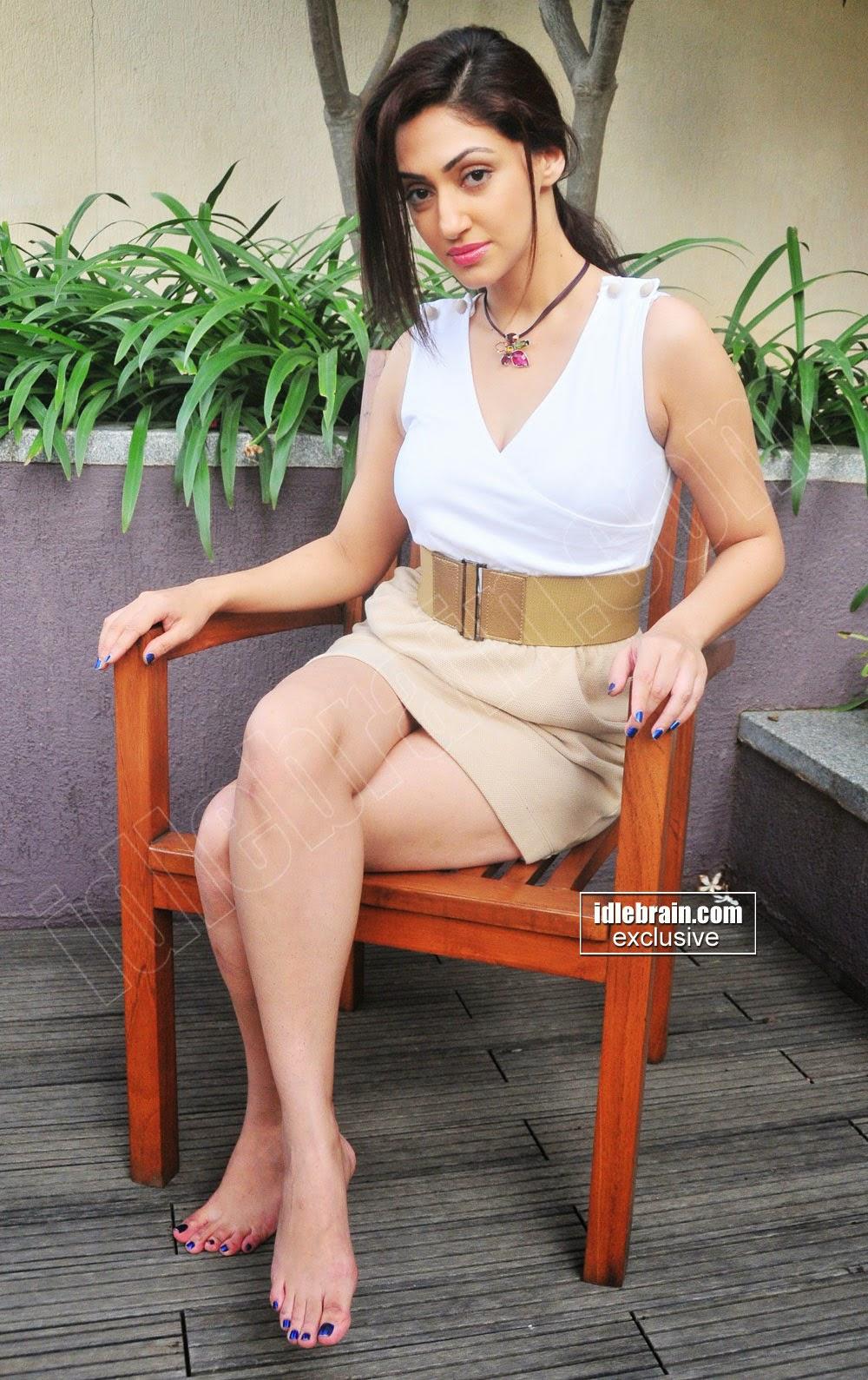 Reyhna Malhotra legs