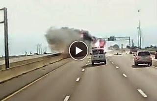 Enfermés dans une voiture en flammes, un bébé et sa grand-mère sont sauvés par un camionneur