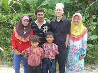 Rakan blogger Syarih, Salam Aidilfirti, sambuatn rumah terbuka.