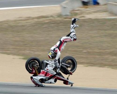 Motorista en el aire con moto al reves. WTF