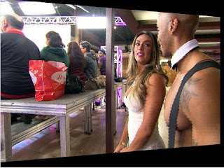 A produção escolheu alguns personagens para tirar Nicole do sério durante a gravação. Entre eles, o ator Gustavo Gaspar,  garçom bombado que ficou responsável por dar em cima da modelo.