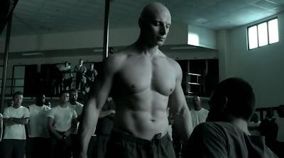 Escena del sexto episodio de Banshee, donde vemos a un preso alvino que se dedica a machacar al protagonista