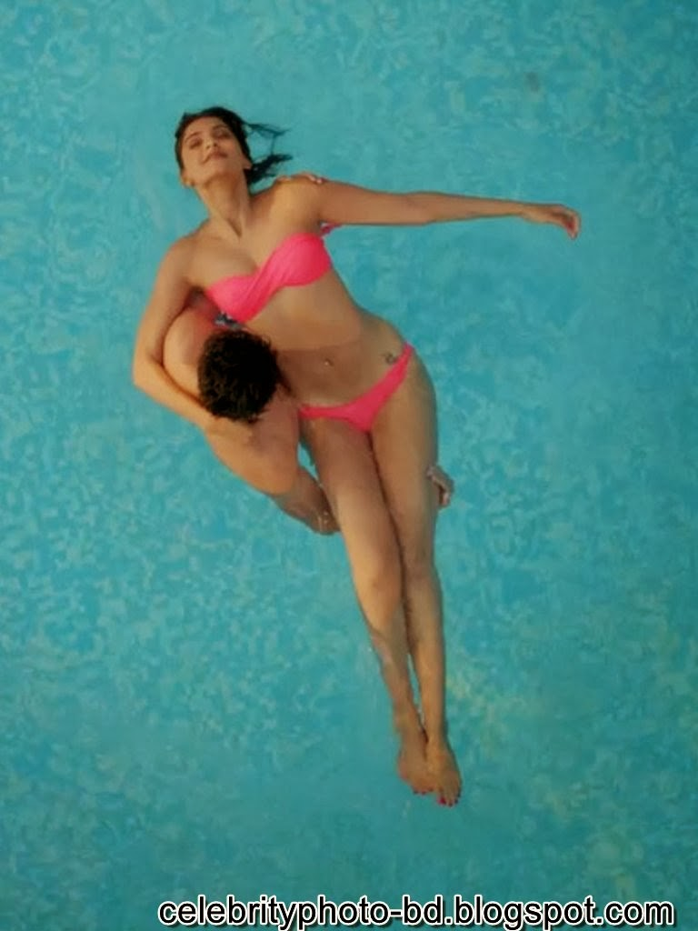 Sonam+Kapoor%2527s+Hot+Bikini+Stills+Photos+from+Bewakoofiyaan002
