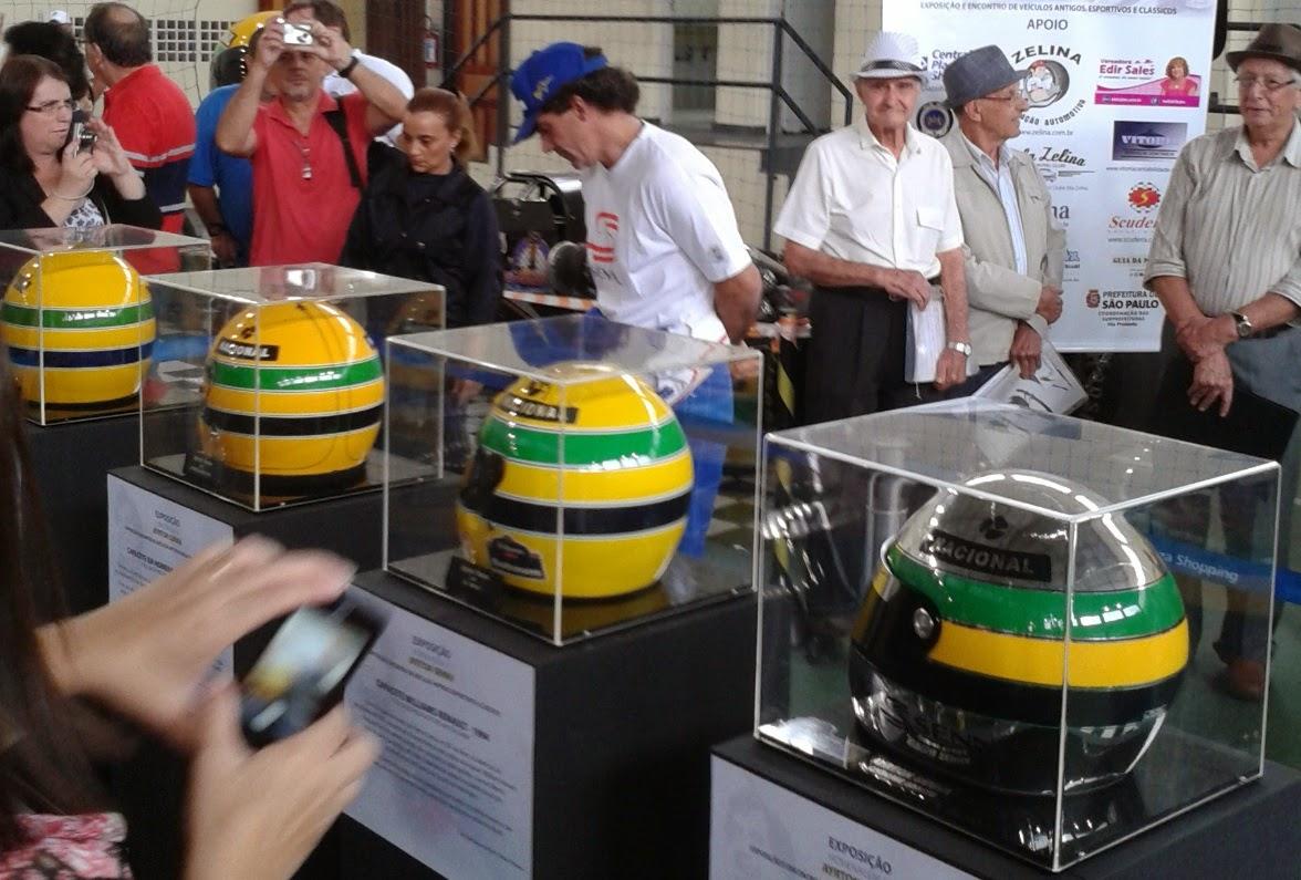 Quatro capacetes ilustram fases distintas da carreira de Ayrton Senna.