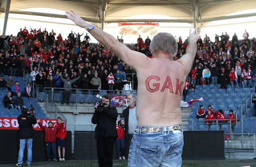 FC Pasching coach Adi Pinter shows off his GAK tattoo across his back