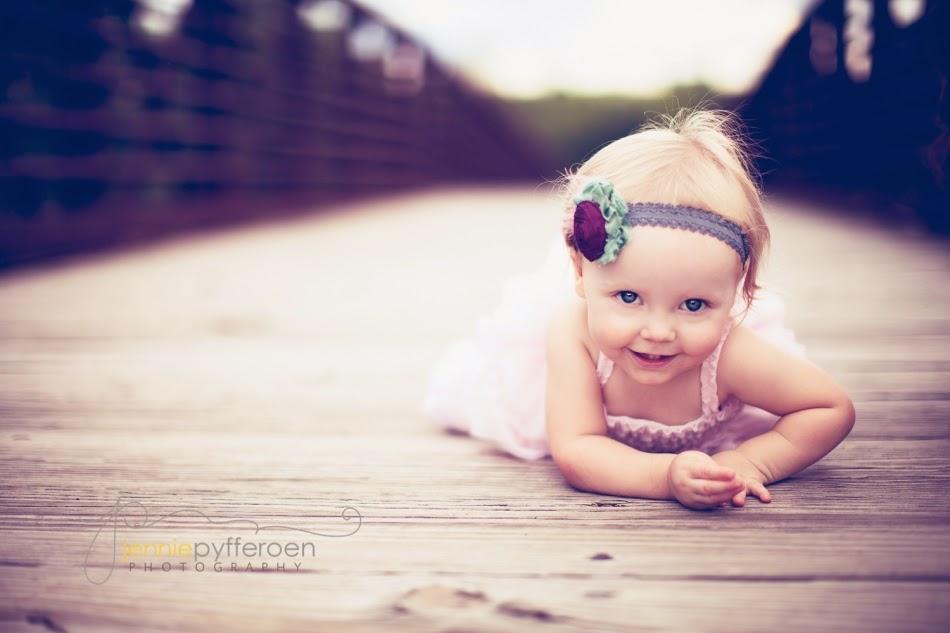 Mignon petit bébé fille blonde
