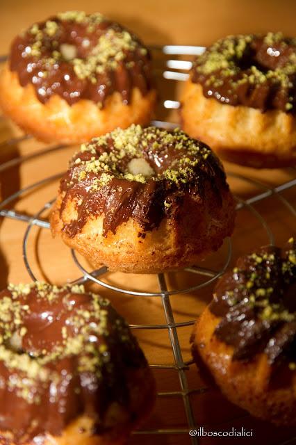 mini bundt cakes con cioccolato e farina di pistacchi