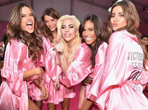 Lady Gaga presenteou todas as Angels do Victoria-s Secret Fashion Show