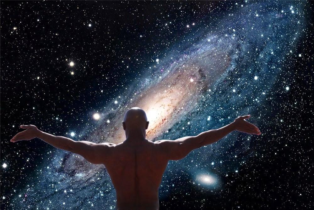 Torso de hombre desnudo, de pie y con brazos abiertos frente a la galaxia