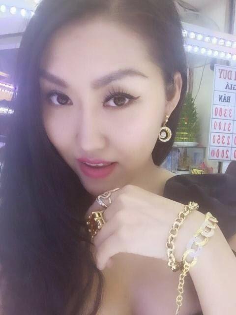 Hết chiêu, Phi Thanh Vân khoe vàng đeo trĩu tay phản cảm
