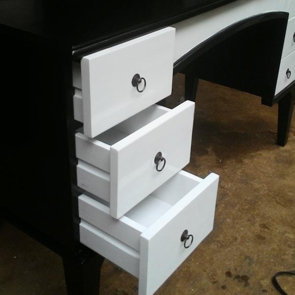 Meja Kantor Minimalis Hitam Putih  Di buat dengan  material kayu dan finishing yang berkualitas, furniture  ini terlihat simple tapi berkesan elegant di tempatkan di kantor atau rumah hunian anda. Meja kantor yang kami sediakan bervariabel dari yang jenis ukiran, bahan kayu jati maupun mahoni , gaya klasik / minimalis dll.