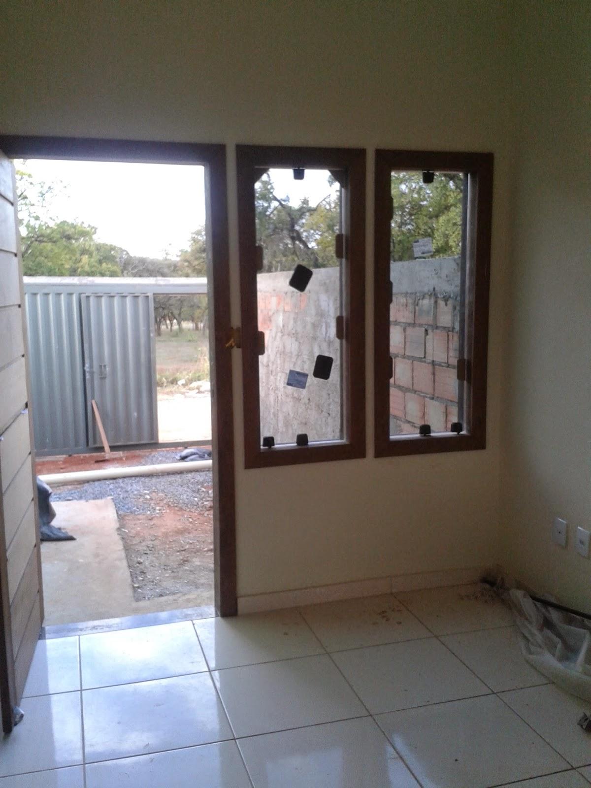 #3E588D janelas dos quartos e da sala optamos por marcos e alisar de madeira  18 Janelas De Vidro Com Madeira