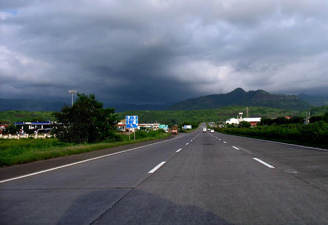 a part of the pune mumbai expressway