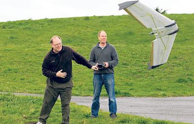 Oesterer (kanan) yang berdiri di sebelah Harrison mengggunakan alat kawalan jauh bagi mengawal pergerakan dron di sebuah taman di Berkeley pada Rabu lalu.