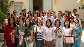 Giám đốc Thư viện KHTH chụp ảnh chung với phụ trách Thư viện quận huyện