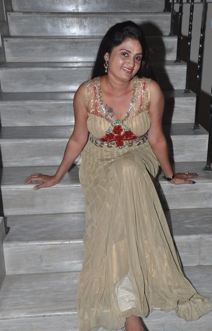 KAVERI SITTING ON STAIRCASE PICS