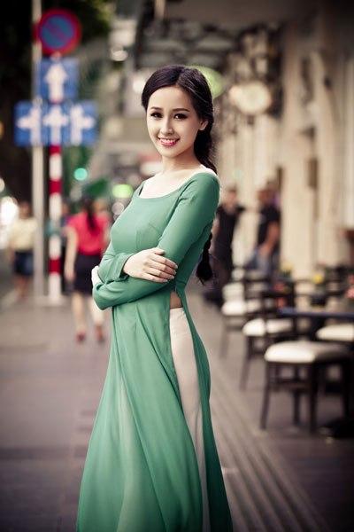 Mai phuong thuy với áo dài tôn lên các đường cong gợi cảm