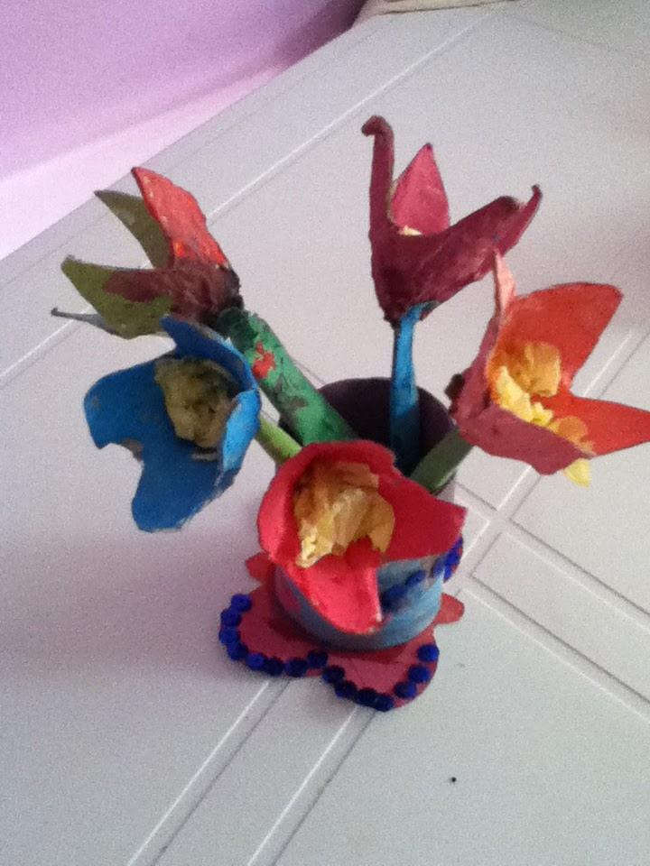 p 39 tite caboche bouquet de fleurs en rouleau de papier wc et boite d 39 oeufs. Black Bedroom Furniture Sets. Home Design Ideas