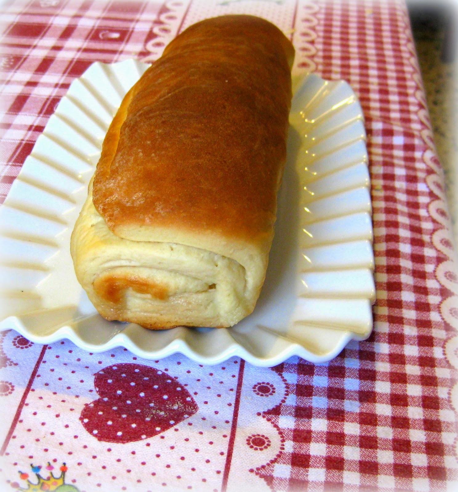 La ricetta di un pane dolce aromatizzato con la cannella e farcito di zucchero è perfetta per qualunque età.