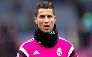 """Cristiano Ronaldo publicou uma foto em seu perfil no Instagram na madrugada desta quinta-feira, 23, em que aparece sendo alongado fazendo sinal de positivo com as mãos. """"Hora de alongar"""", escreveu o craque do Real Madri na legenda do registro. Entretando, foi o físico do jogador de futebol que roubou as atenções dos seguidores."""