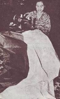 Ibu Fatmawati saat menjahit Bendera pusaka Sang Saka Merah Putih