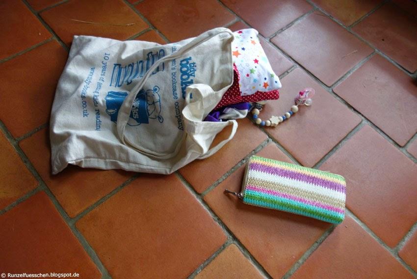 Baby räumt Mamas Tasche aus Runzelfüesschen