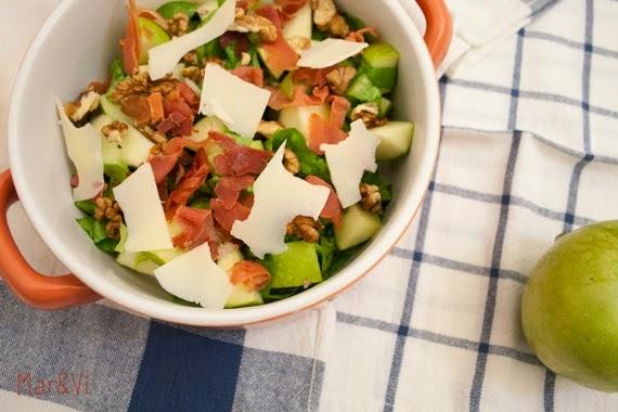 ensalada con manzana, jamón y nueces