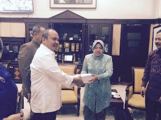 walikota surabaya menyerahkan berkas secara simbolis