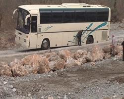 Είχαν άγιο - Άνοιξε ο δρόμος και κατάπιε λεωφορείο