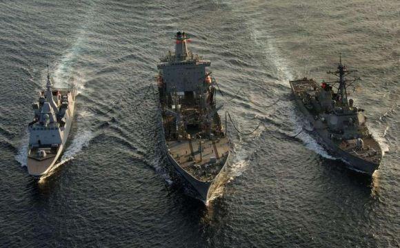 Kapal perang mengisi bahan bakar di laut