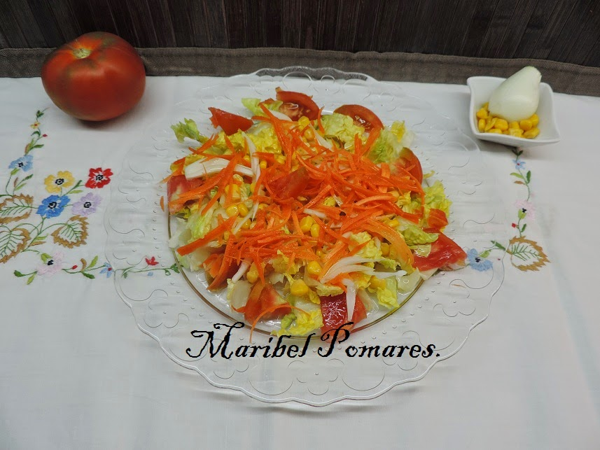Ensalada De Lechuga, Tomate, Maíz, Zanahoria Rallada Y Cebolla.