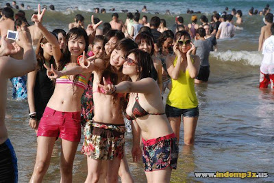 Suasana Pantai Jepang Saat Hari Libur