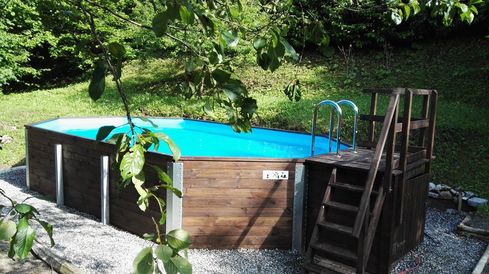 Großer Garten mit Pool & Sonnenliegen