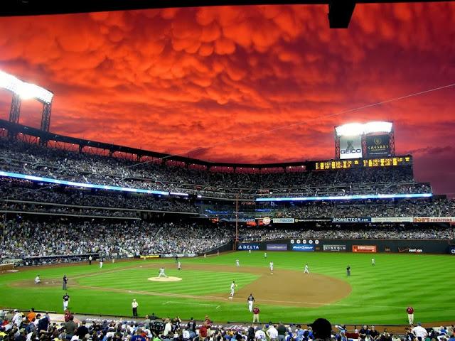 Кровавое небо во время бейсбольного матча