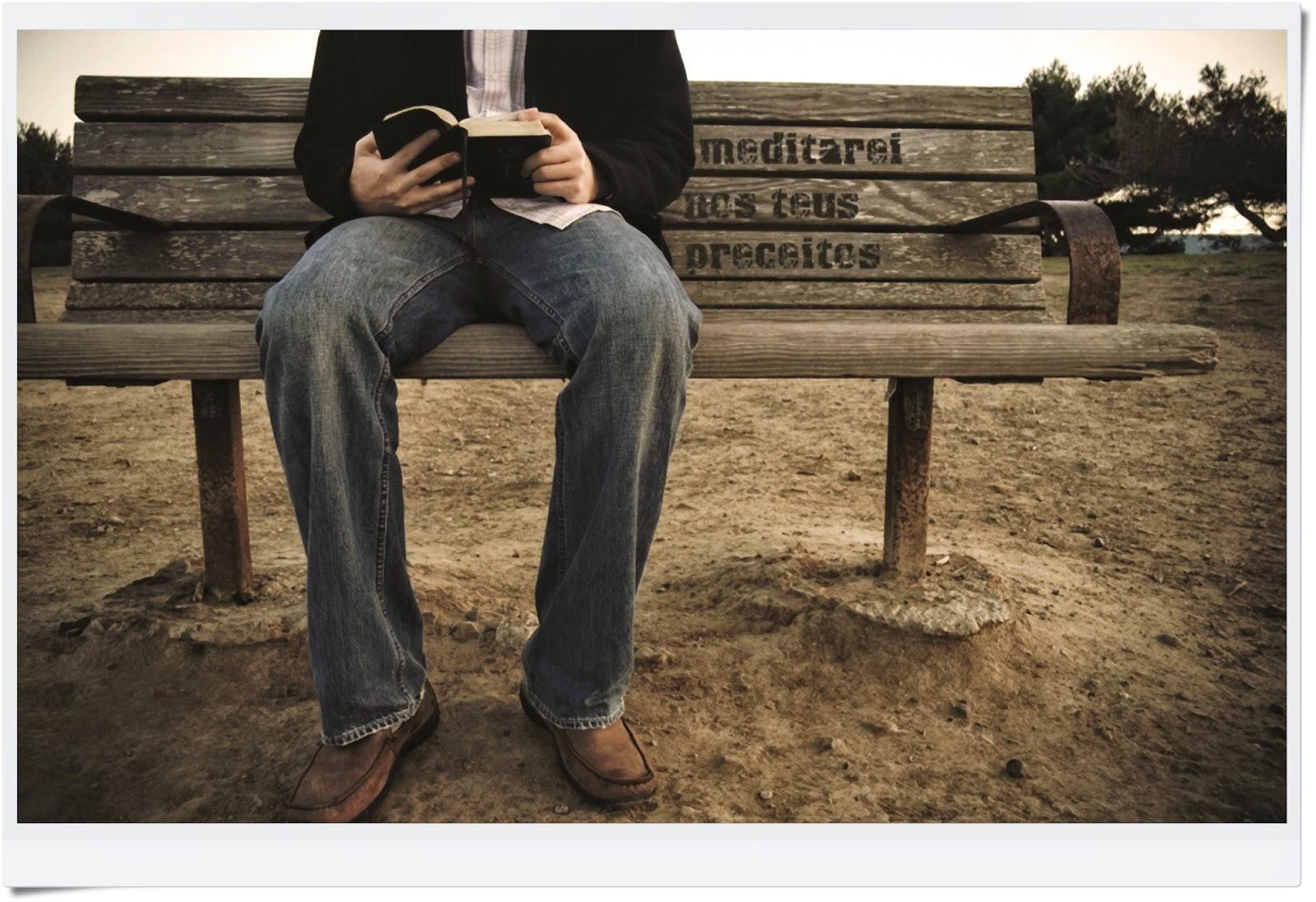Lendo Bíblia