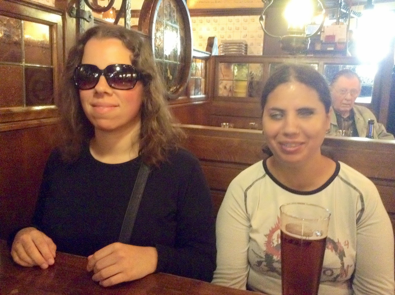 A Sara e a Patrícia com uma Kölsch - cerveja de Colónia - a começar o almoco, depois da visita à cidade de Aachen!