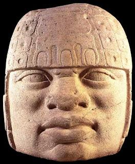 Cabeza colosal Olmeca con tocados en la frente