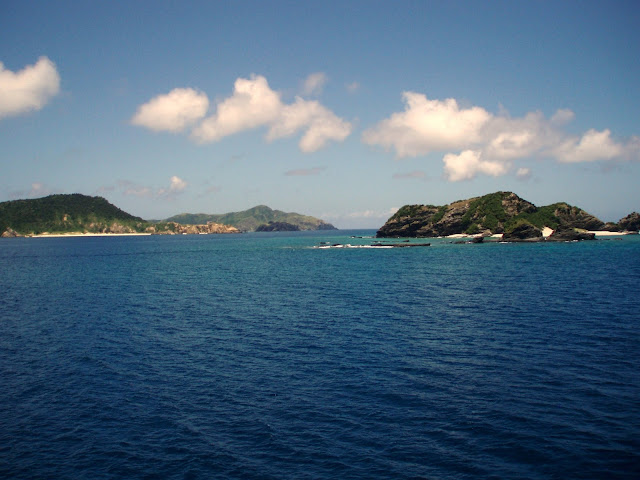 dark blue water and green islands