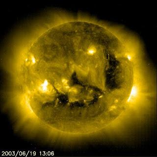 شاهد صورة عجيبة لسطح الشمس وتظهر عليه احدي أسماء الله الحسنى وهي كلمة ( احد )