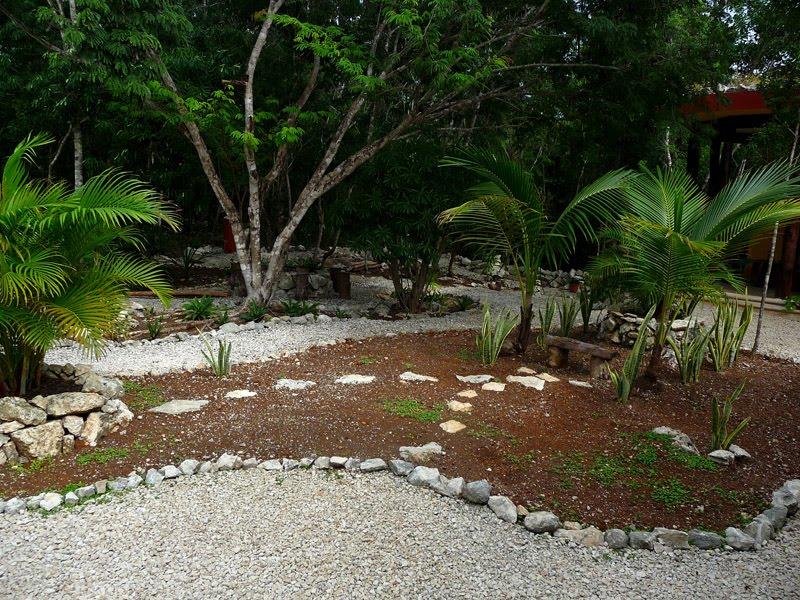 modelo de jardin económico con banca y piedras - foto despues