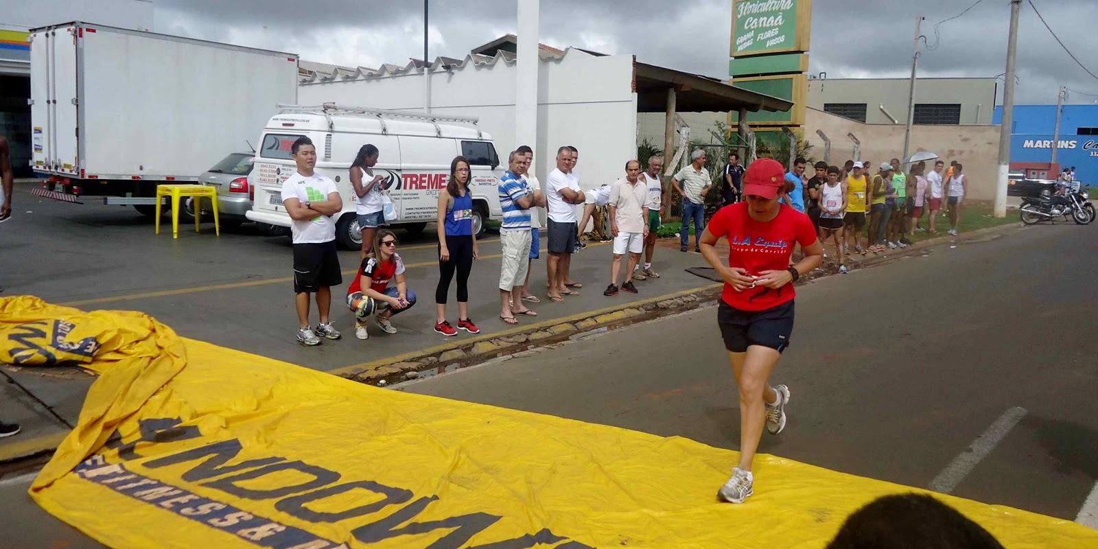Foto 173 da 1ª Corrida Av. dos Coqueiros em Barretos-SP 14/04/2013 – Atletas cruzando a linha de chegada
