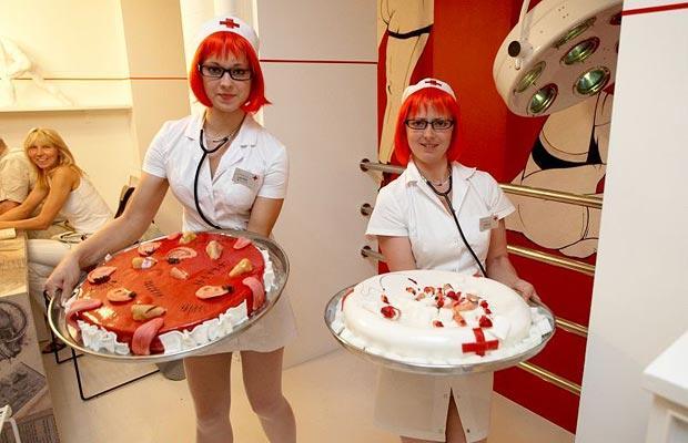 DUA pelayan berpakaian seperti jururawat menunjukkan juadah yang terdapat di Restoran Hospitalis di Latvia.