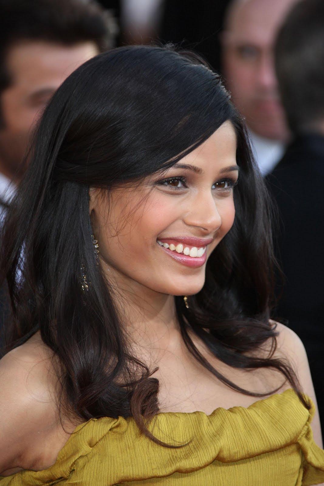 http://1.bp.blogspot.com/-J0n3Cg1M7wA/TyBk9M9SNpI/AAAAAAAAN0Y/oR4wkTgXGmc/s1600/Freida_Pinto_hd_pictures_hair_style.jpg