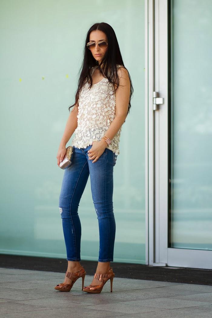 Outfit con jeans y top de lentejuelas