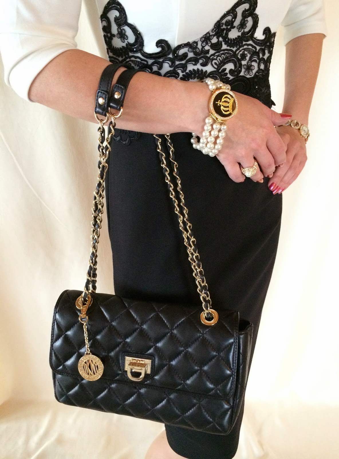 glamourous style dkny stepptasche mit kettenhenkel im chanel look. Black Bedroom Furniture Sets. Home Design Ideas