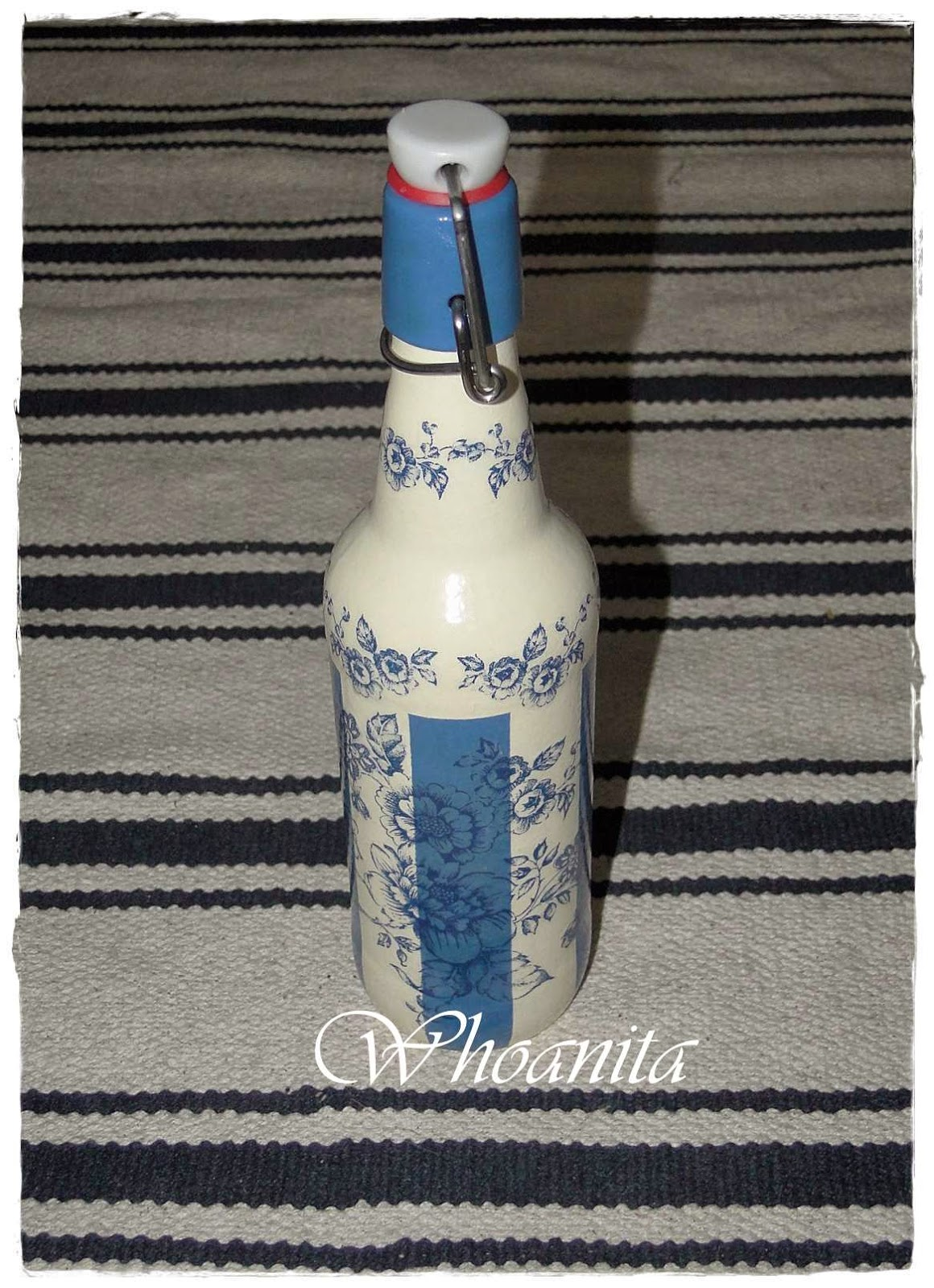 butelka biało-niebieska decoupage