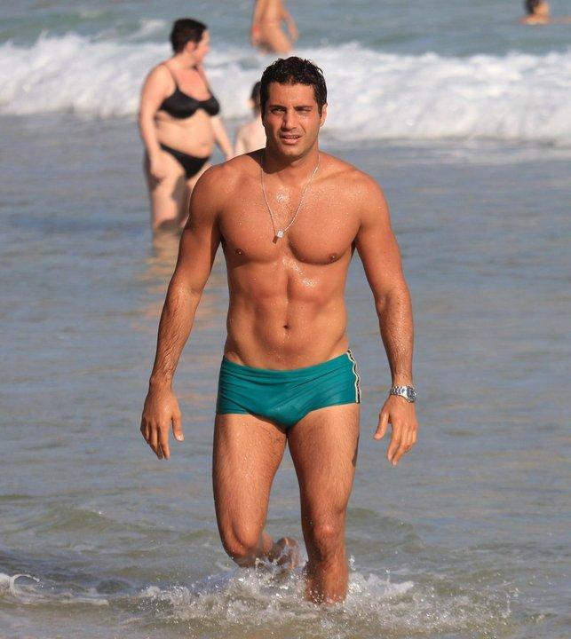 O ator Fábio Keldani exibiu o físico sarado na praia do Arpoador