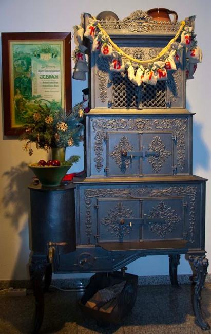 Ein alter Ofen in der Weihnachtssaustellung