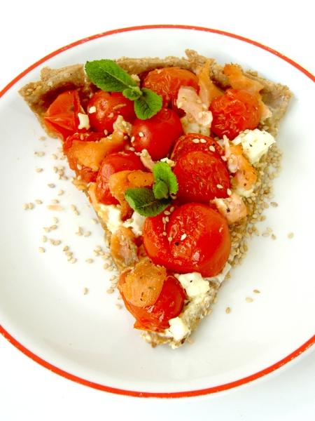 torta salata con pasta matta, pomodorini pachino, feta e salmone affumicato